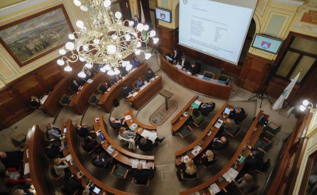 Mestni svetniki so razpravljali o zaključnem računu za leto 2019 in rebalansu tekočega proračuna. FOTO: Uroš Hočevar/Delo