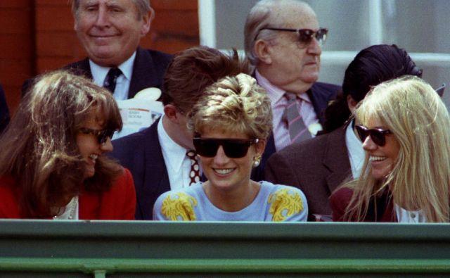 Z marsičem, kar je princesa Diana oblekla, je navdušila svoje oboževalke. Na fotografiji s prijateljicama na teniškem turnirju Stella Stella Artois 13. junija 1993, štiri leta pred tragično smrtjo. Foto Dylan Martinez/ Reuters