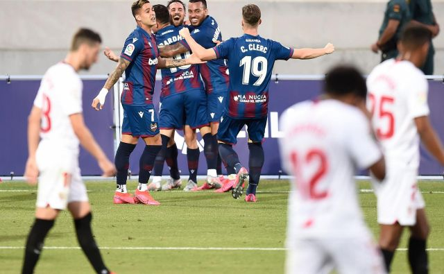 Takole so se veselili nogometaši Levanteja izenačujočega gola v izdihljajih tekme, s katerim so razveselili tudi druge tekmece Seville. FOTO: Jose Jordan/AFP