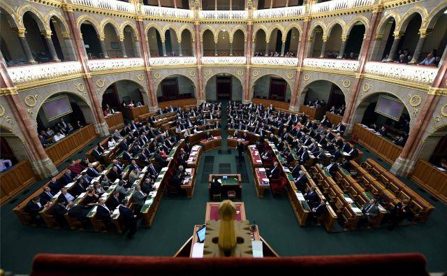 Parlament, v katerem ima večino vladajoča stranka Fidesz, je odpravo izrednih razmer potrdil s 192 glasovi za, nihče ni glasoval proti. FOTO: Attila Kisbenedek/AFP