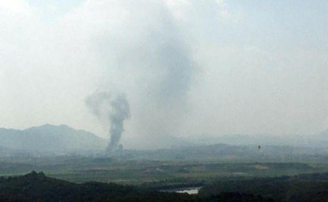 Na južnokorejski strani meje so po razstrelitvi spremljali dim nad industrijskim območjemKaesonga. FOTO:Yonhap/Reuters