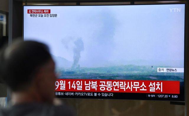 Severna Koreja je danes razstrelila urad za zvezo z Južno Korejo blizu Kesonga. Foto Jung Yeon-je/AFP