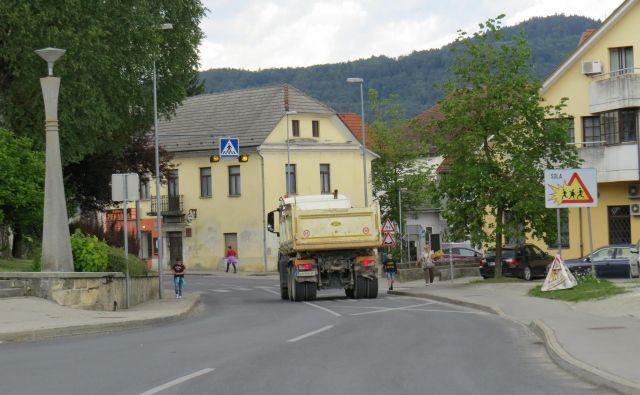 Cesta skozi Moravče je sicer obnovljena, a nevarna za vse udeležence v prometu. FOTO: Bojan Rajšek/Delo