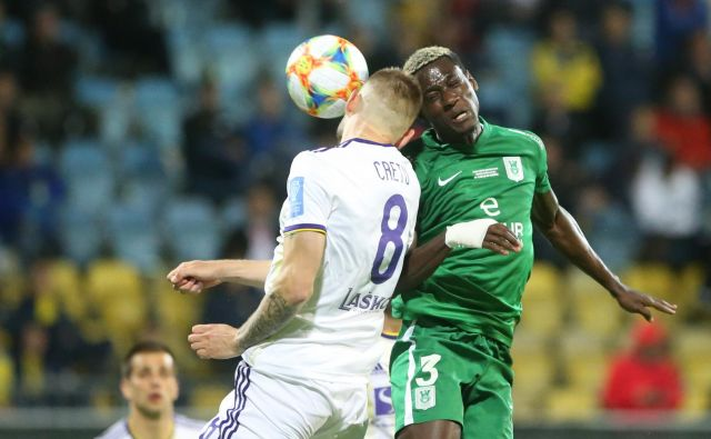 Kamerune Macky Bagnack se je tako v velikem slovenskem derbiju Olimpije in Maribora boril z Romunom Alexandrujem Cretujem. FOTO: Tadej Regent/Delo