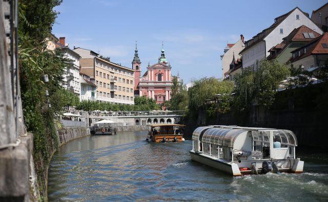 Ladijski promet na Ljubljanici, ki se je iz leta v leto povečeval, se je ob epidemiji popolnoma ustavil. FOTO: Leon Vidic/Delo