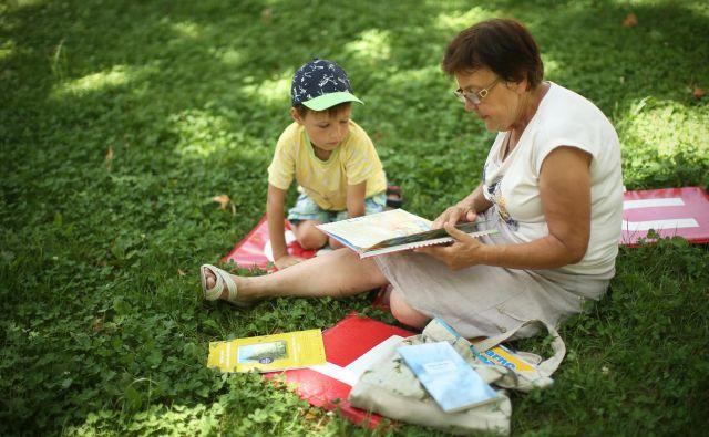 Z branjem in pogovorom o knjigah bodo skupaj krepili spomin tudi v knjižnici pod krošnjami pred sedežem Spominčice v Savskem naselju v Ljubljani. Foto Jure Eržen