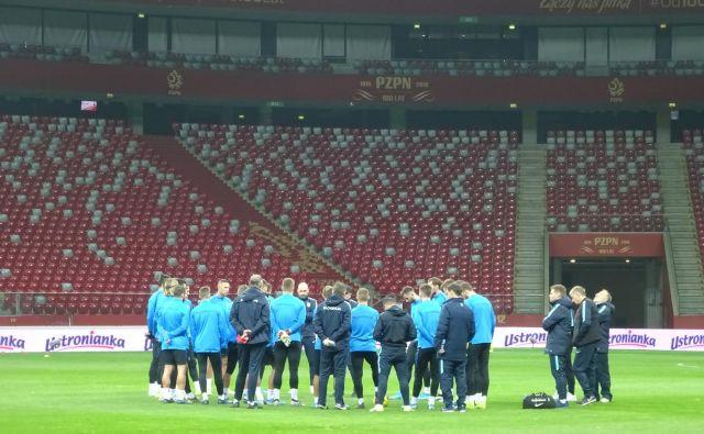 Takole je Matjaž Kek lani nagovoril reprezentante na štadionu v Varšavi. Naslednjič jih bo zbral ob prehodu avgusta v september. FOTO: Jernej Suhadolnik
