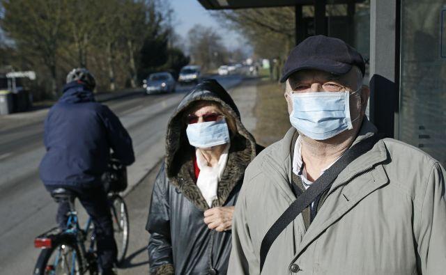 Potniki na mestnih avtobusih LPP bodo jutri lahko spet vstopali pri prvih vratih, nošenje mask in razkuževanje pa sta še vedno obvezni. FOTO: Blaž Samec/Delo