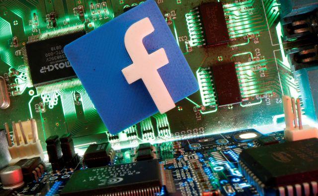 Facebook bo uporabnikom dal možnost, da izključijo plačane politične objave. FOTO: Dado Ruvic/Reuters
