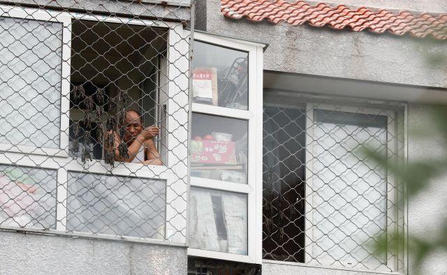 Na območju visokega tveganja v Pekingu, ki obsega 29 sosesk, življenje ljudi znova poteka v karanteni. FOTO: Thomas Peter/Reuters