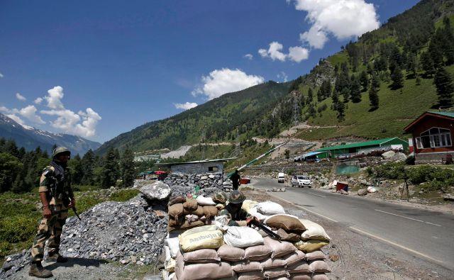 Povod za sedanjo krizo je po vsej verjetnosti indijska gradnja ceste v vzhodnem Ladakhu, ki vodstvu v New Delhiju omogoča lažji premik vojske na območje, na katerem si želi imeti Kitajska strateško prednost.Foto: Danish Ismail/Reuters