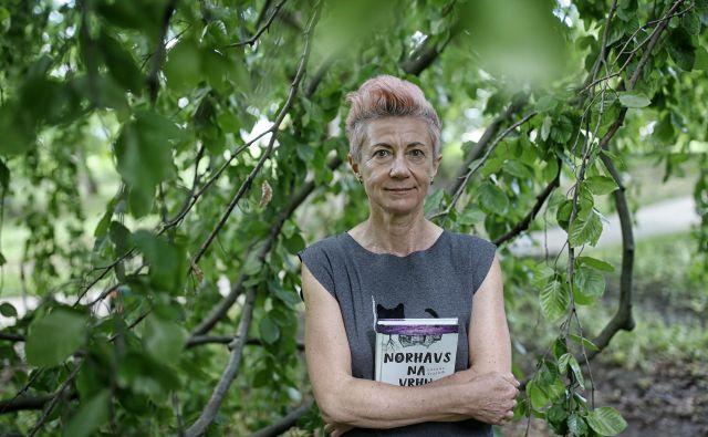 Suzana Tratnik je z romanom <em>Norhavs na vrhu hrib</em>a, ki je finalist za kresnika, dregnila v vprašanje norosti in svobode. FOTO: Blaž Samec