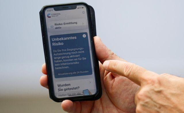 Aplikacija v vsakem mobilniku spremlja stike z drugimi uporabniki aplikacije, ki so trajali več kot 15 minut v radiju dveh metrov.<br /> FOTO: Hannibal Hanschke/Reuters