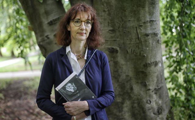 Pisateljica in prevajalka Veronika Simoniti je z novim romanom <em>Ivana pred morjem</em> že drugič med peterico finalistov za kresnika. FOTO: Blaž Samec/Delo