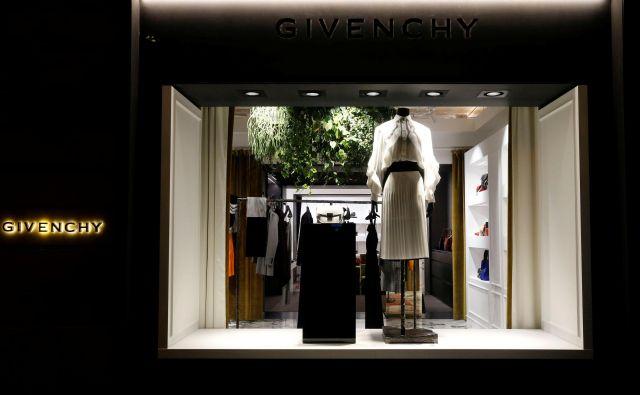Predlani preminuli Hubert de Givenchy je bil eden zadnjih modnih oblikovalcev starega kova, ki je s Christianom Diorjem in Yvesom Saintom Laurentom po drugi svetovni vojni redefiniral francosko modo in z njo osvojil svet. FotoRegis Duvignau/ Reuters