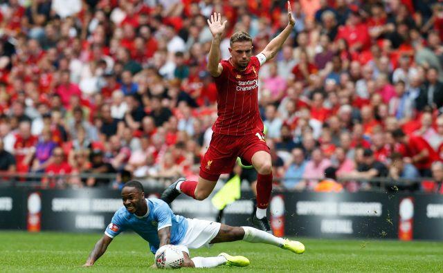 Liverpool (Jordan Henderson) in Manchester City (Raheem Sterling) se bosta srečala 2. julija. FOTO: AFP