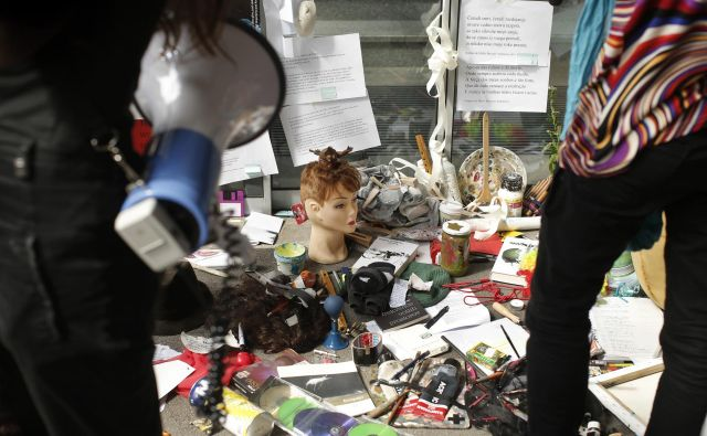 Shod kulturnikov, umetnikov in samozaposlenih pred Ministrstvom za kulturo. Foto: Jure Eržen