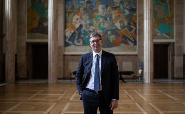Srbski predsednik Aleksandar Vučić bi pred nedeljskimi parlamentarnimi volitvami moral biti miren, analitiki njegovi stranki napovedujejo uspeh, a bizarno nagovarjanje volivcev kaže, da povsem miren vendarle ni. FOTO: Marko Djurica/Reuters