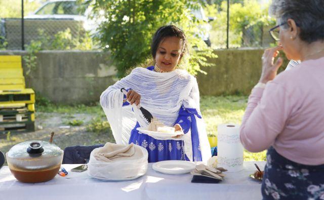 """Festiival kruha je potekal v okviru porjekta """"Človekl, ne jezi se"""" v prizadevanjih za spoštovanje in sprejemanje pripadnikov različnih etničnih manjšin, beguncev in migrantov. FOTO: Leon Vidic/Delo"""