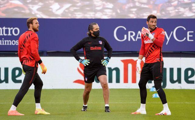 Na štadionu El Sadar v Pamploni je Jan Oblak (levo) spisal še eno veliko poglavje v njegovi bleščeči vratarski karieri v Španiji. Kot najmlajši vratar in najhitreje je prišel do stote tekmo brez prejetega gola. FOTO: Reuters