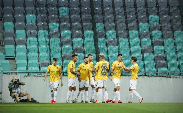 Nogometaši Brava in najmaljši klub med prvoligaši si bo zapomnil 17. junija 2020, ko je v Stožicah odjeknila petarda. FOTO: Uroš Hočevar/Delo