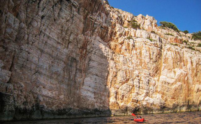 Klifi v zalivu Vele stijene: stene se svetijo, zasvetijo in ugasnejo, s pomikom sonca menjajo barve. FOTO: Aleš Nosan