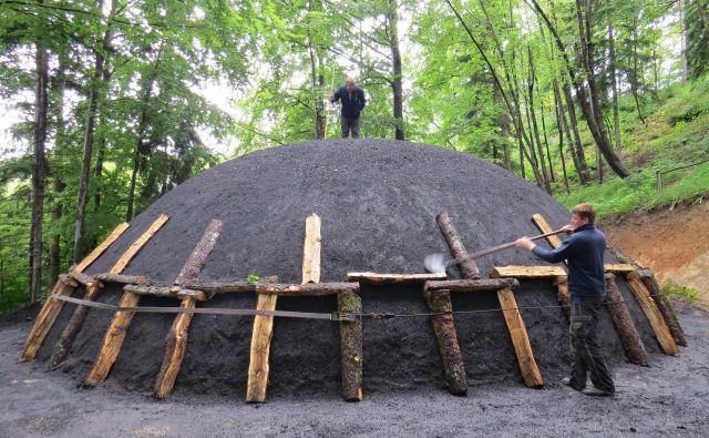 Pred slovesnim prižigom kope, ki v višino meri dobre štiri metre, je treba kopo v celoti obložiti s peskom. FOTO: Bojan Rajšek/Delo