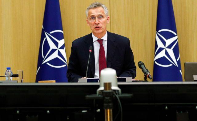 Če bo uresničila obljube o investicijah, bo Slovenija predvidoma leta 2026 izpolnila zavezniški cilj – delež obrambe v višini dveh odstotkov BDP. Na sliki generalni sekretar Nata Jens Stoltenberg.<br /> FOTO: François Lenoir/AFP