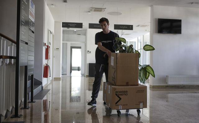 Državni uradniki iz petih izpostav ljubljanske upravne enote se v teh dneh selijo v prenovljene prostore v stavbo na Linhartovo. FOTO: Blaž Samec