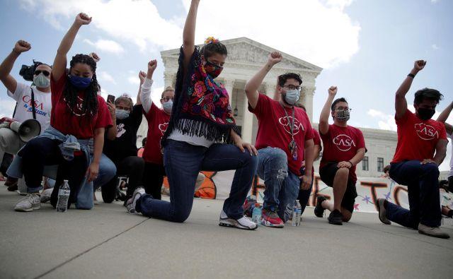 Slavje pred ameriškim vrhovnim sodiščem po sprejemu odločitve o »sanjačih.« FOTO: Jonathan Ernst/Reuters