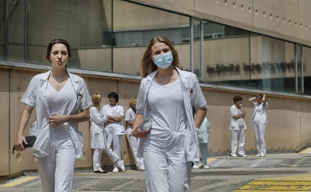 V zdravstvu so zaradi epidemije covida-19 omejili druge dejavnosti, zato je bilo tudi izplačil po dodatnih zdravstvenih zavarovanjih manj. FOTO: Blaž Samec