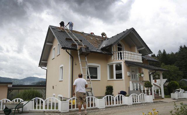 Neurje s točo lahko povrzoči veliko uničenje tudi na strehah. FOTO: Leon Vidic