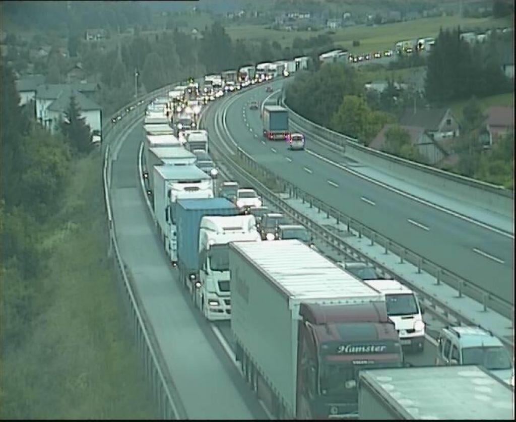 Zaradi serij prometnih nesreč na primorski avtocesti daljši zastoji
