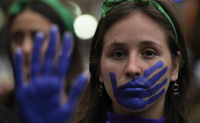 Nekateri so spomnili, da ko je bila Kolinda Grabar-Kitarović predsednica države, ni imela posluha za nasilje nad ženskami.FOTO: Juan Mabromata/AFP