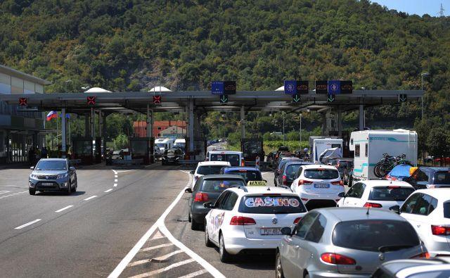 Na mejnih prehodih se še zmeraj izvaja nadzor prometa in potnikov. FOTO: Leon Vidic/Delo