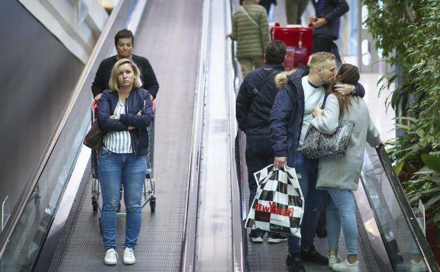 Razpoloženje potrošnikov se je junija, po močnem aprilskem padcu, spet nekoliko popravilo, a je še precej pod dolgoletnim povprečjem. FOTO: Jože Suhadolnik/Delo