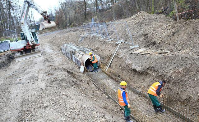 Triindvajset kilometrov kanalizacije bo zgradil konzorcij družb pod vodstvom Hidrotehnika. Dela naj bi bila končana do konca leta 2023. Fotografija je simbolična. Foto Tomi Lombar
