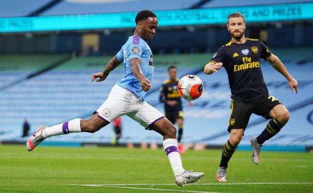 Raheem Sterling je takole zabil uvodni gol na derbiju Manchester Cityja in Arsenala. FOTO: Dave Thompson/Reuters