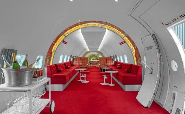 V obnovljenem letalu iz leta 1958 je nastal bar z retro interierjem. Zasnovali so ga v ameriškem arhitekturnem in oblikovalskem studiu Stonehill Taylor. FOTO: arhiv biroja Stonehill Taylor