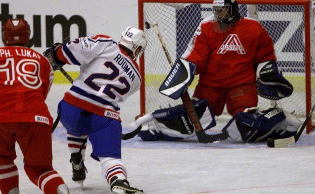 Marcel Rodman se je prebil do vidne vloge pri državni reprezentanci, a med spoznavnjem skrivnosti športa je užival tudi v otroški hokejski igri. FOTO: Petr Josek/Reuters