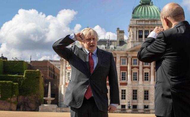Britanski premier Boris Johnson salutira francoskemu zunanjemu ministru Jean Yvesu Le Dorianu na paradni konjski straži v Londonu. Francoski predsednik Emmanuel Macron je skupaj z zunanjim ministrom Dorianom obiskal London v ob počastitvi 80. obletnice poziva nekdanjega francoskega predsednika Charlesa de Gaulla Francozom, naj se uprejo nacistični okupaciji med drugo svetovno vojno. FOTO: Jack Hill/Afp