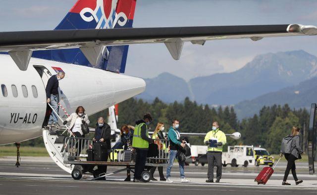 Letalski prevozniki se počasi vračajo v Ljubljano, prvi je bil Air Serbia. Foto: Leon Vidic/Delo
