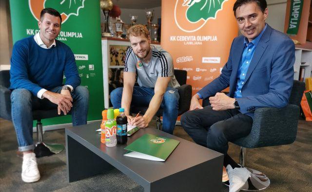 Jaka Blažič (v sredini), Sani Bečirovič (levo) in Davor Užbinec (desno) niso skrivali zadovoljstva po podpisu pogodbe. FOTO: KK Cedevita Olimpija