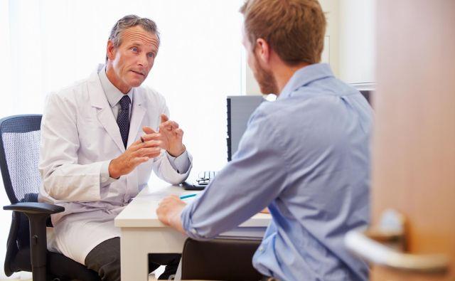Vsakomur je zdravnik dolžan s preprostimi besedami povedati vse o bolezni, poteku zdravljenja, možnih zapletih in rehabilitaciji. Foto Shutterstock