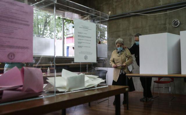 V Srbiji so v nedeljo potekale parlamentarne in lokalne volitve. FOTO: Oliver Bunic/AFP
