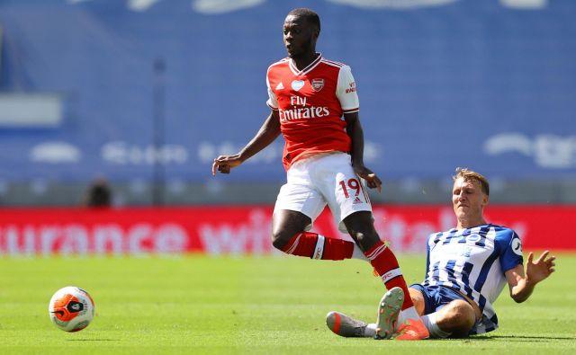 Arsenalu je tudi v letošnji sezoni že ušla visoka uvrstitev v angleški ligi, njegovih igralcev, na fotografiji je Nicolas Pépé, ne uboga žoga. FOTO: Reuters