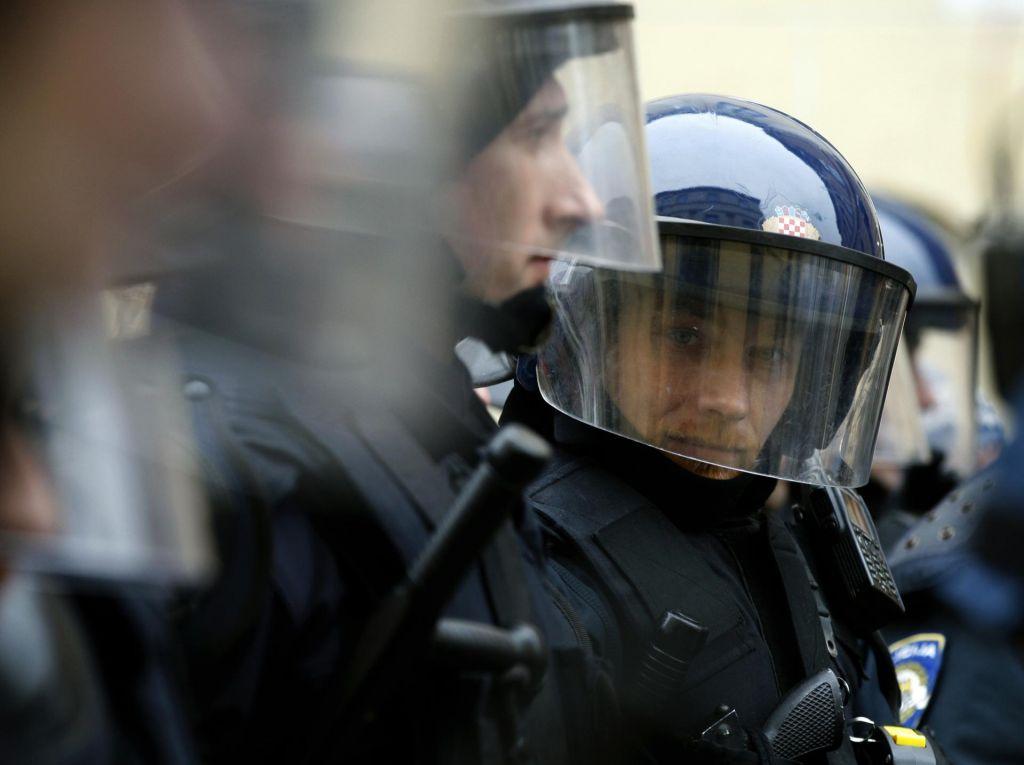 Ovadena prva hrvaška policista zaradi nasilja nad begunci