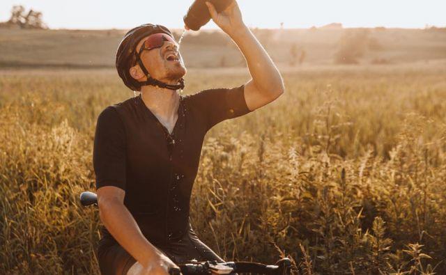 Daleč najpomembnejše od vsega je hidriranje, torej zadostno vnašanje tekočine, saj lahko v vroči, visoko intenzivni uri vadbe z znojenjem izgubite tudi do liter in pol tekočine. FOTO:Shutterstock