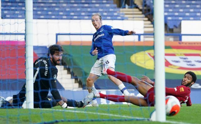 Tom Davies je takole zadel vratnico, po kateri so si nogometaši Liverpoola vidno oddahnili. FOTO: Jon Super/Reuters
