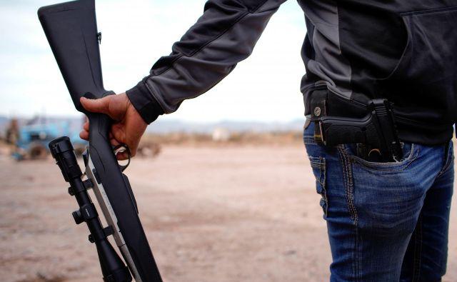 Paranoična družina, ki jo opisuje avtorica, čaka konec sveta in kopiči orožje. Foto Reuters